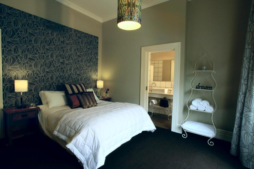 A bed or beds in a room at Pomeroys on Kilmore