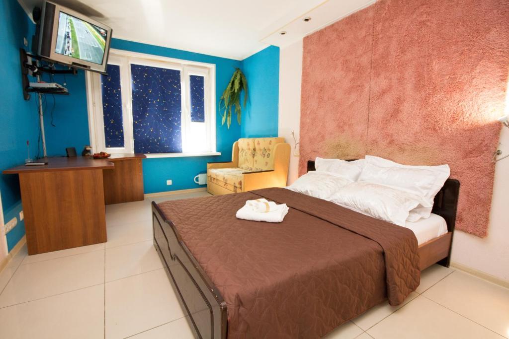 Кровать или кровати в номере Apartment In Strogino