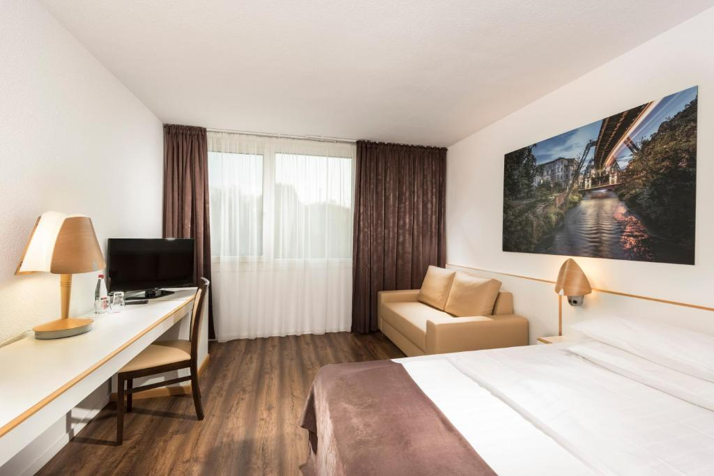 A television and/or entertainment centre at Tryp by Wyndham Wuppertal