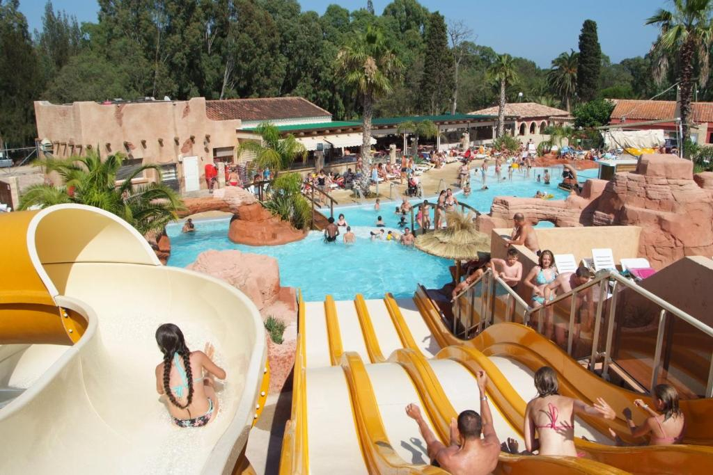 A view of the pool at Camping Les Palmiers or nearby