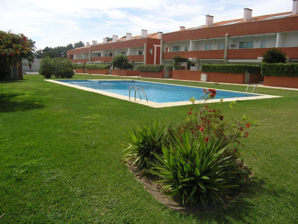 The swimming pool at or near Apartamento Areia Nova