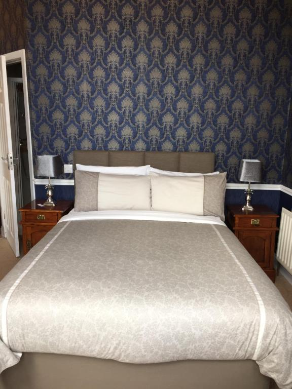 A bed or beds in a room at Albany Lodge