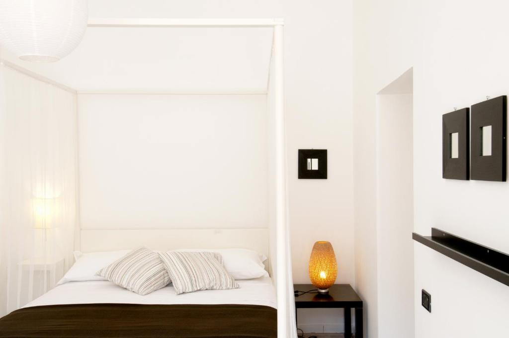 A bed or beds in a room at Gioia 13 Apartments