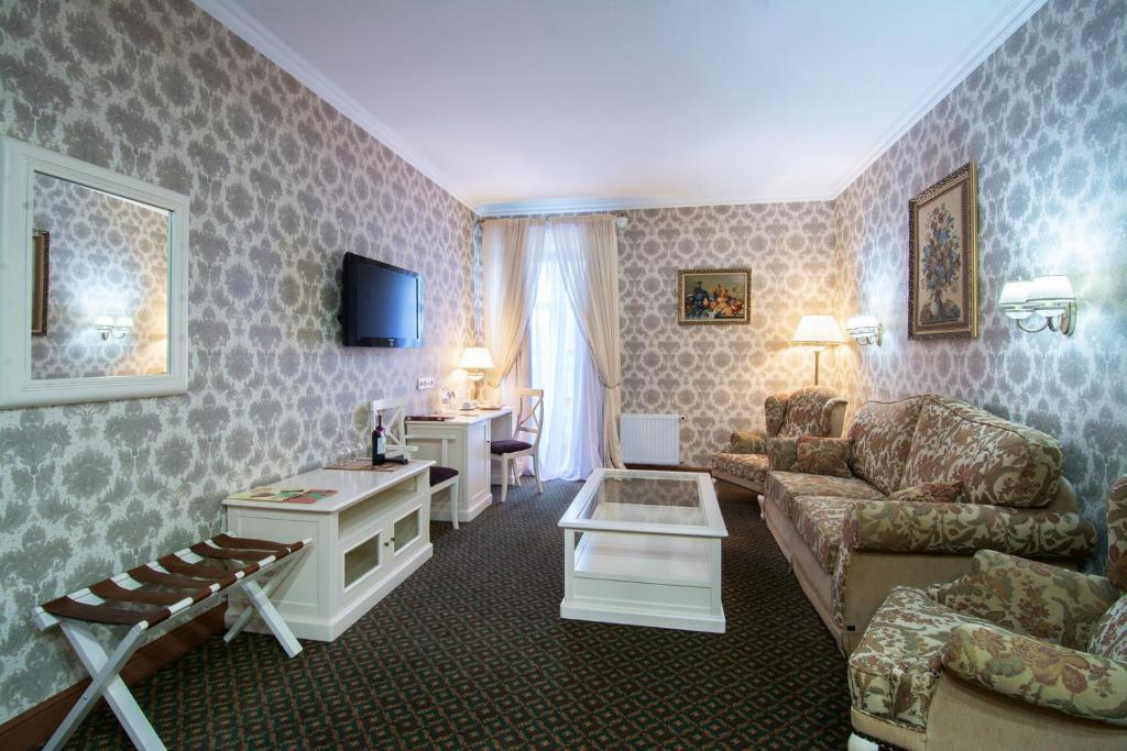 The lounge or bar area at Reikartz Kamianets-Podilskyi