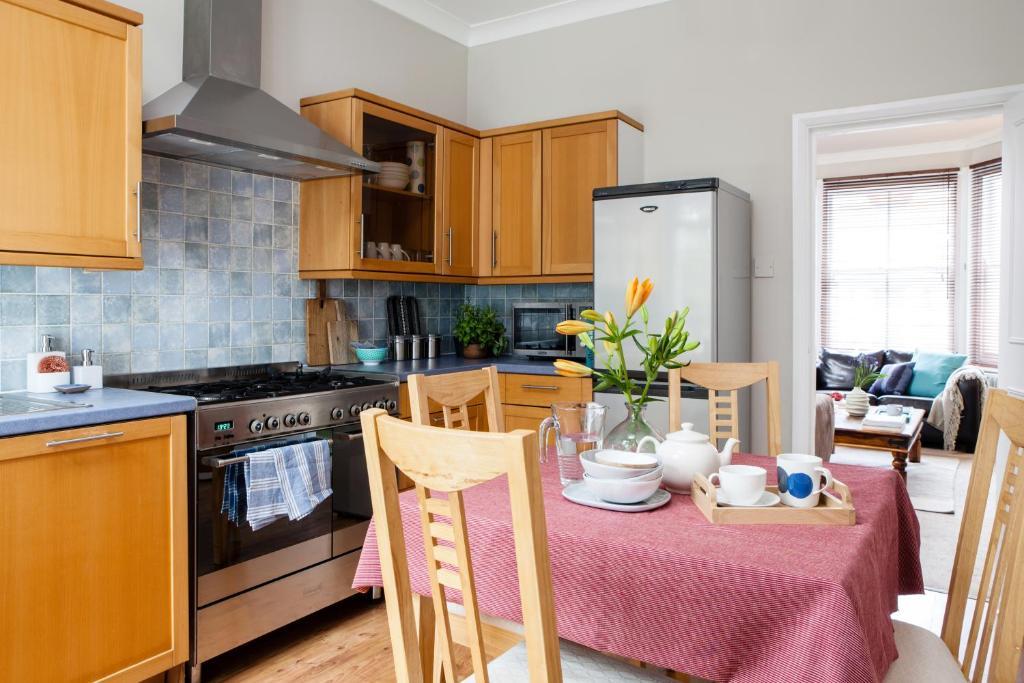 A kitchen or kitchenette at Fernlea Garden 3