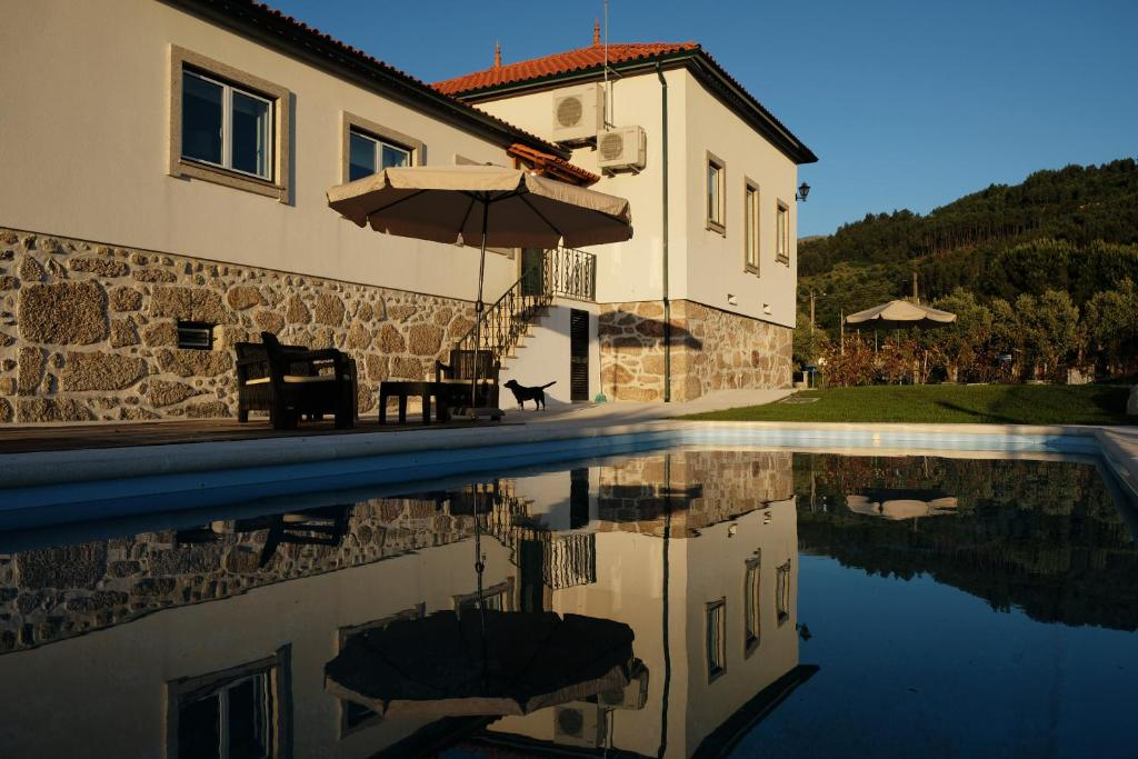 The swimming pool at or close to Quinta de Vodra