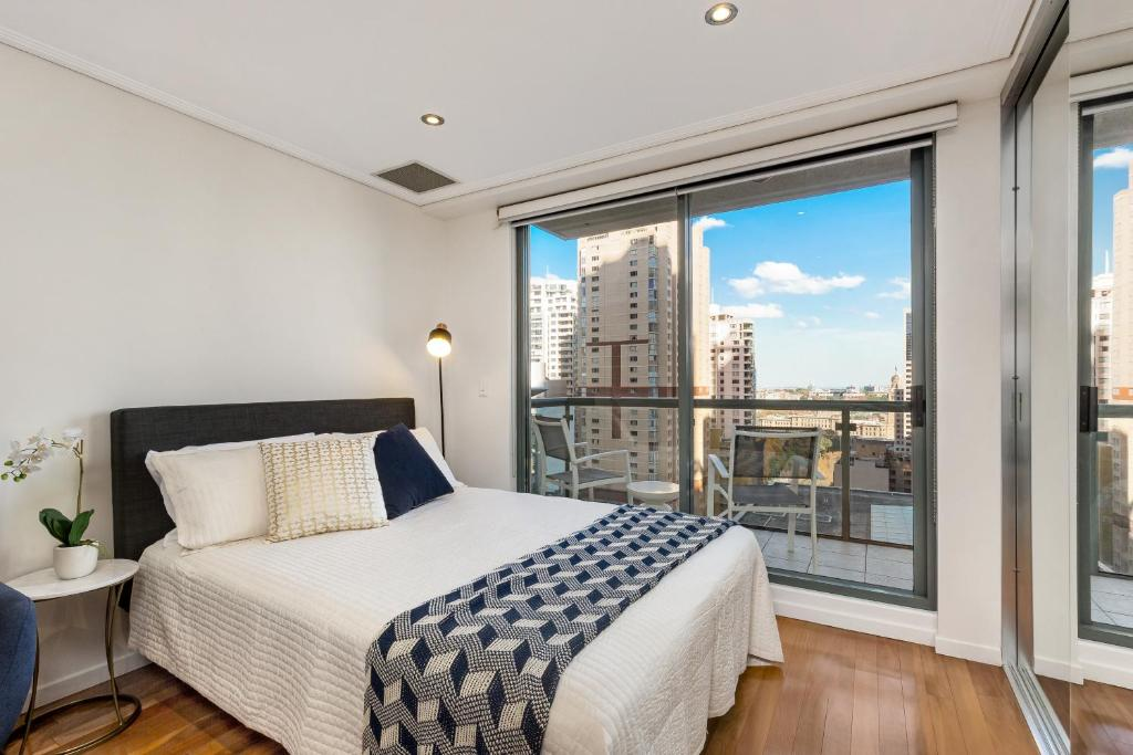 A bed or beds in a room at Sydney CBD Self Contained Modern Studio Apartments (PITT)