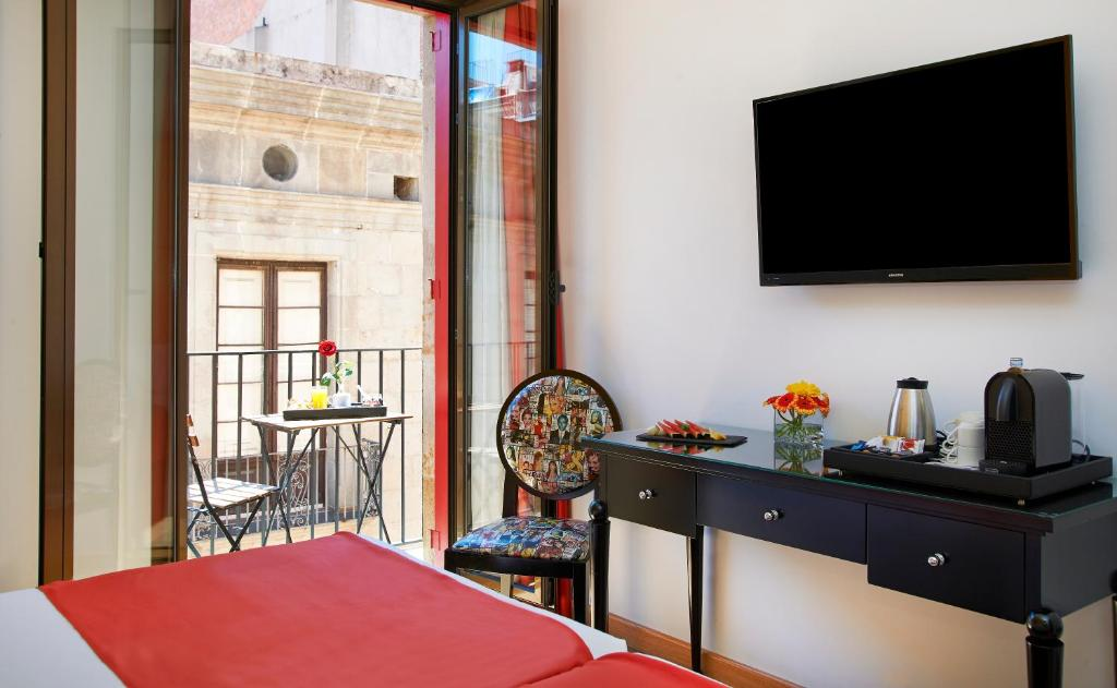 A television and/or entertainment center at Hesperia Barcelona Barri Gòtic