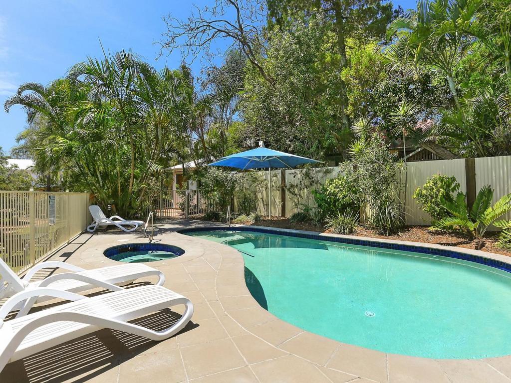 Der Swimmingpool an oder in der Nähe von Chez Noosa Resort Motel