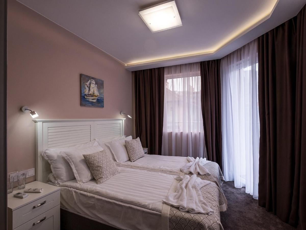 Отель  Caro Apartments & Rooms