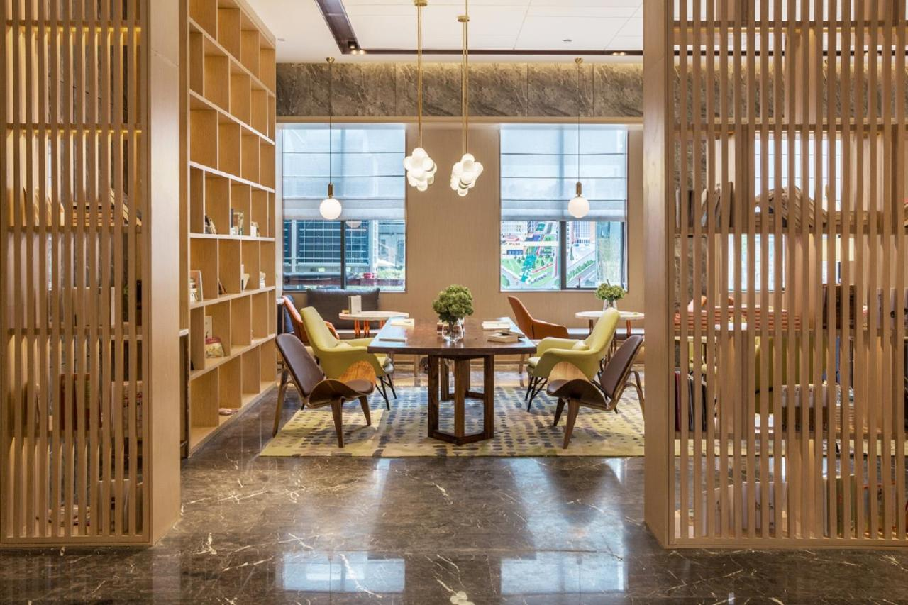 Отель  Shenzhen Bantian Huaweizhongcheng Atour Hotel