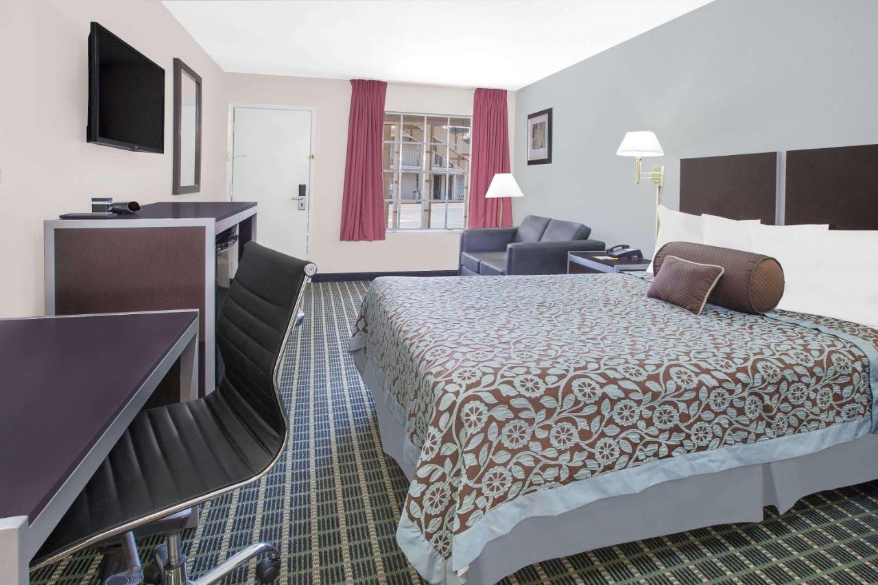 Мотель  Мотель  Days Inn By Wyndham Market Center Dallas Love Field