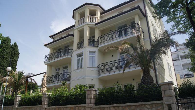 Отель  Villa Emilia  - отзывы Booking