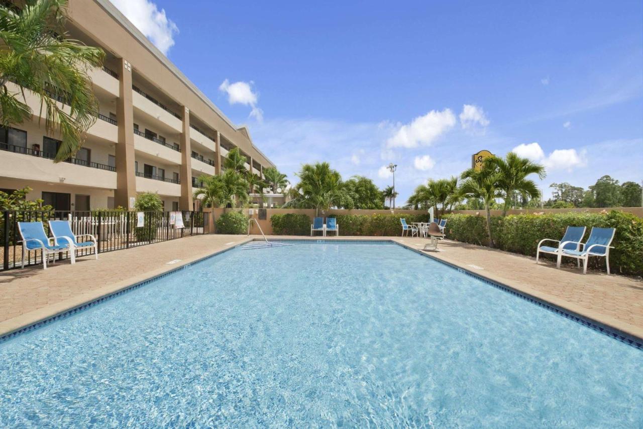 Отель  Super 8 By Wyndham Fort Myers