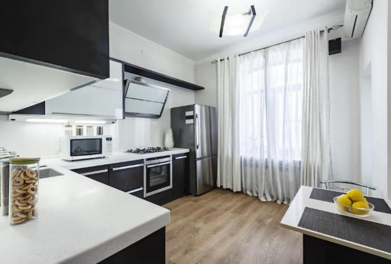 Апартаменты/квартира  Квартира в центре с видом на Садовую ЦУМ