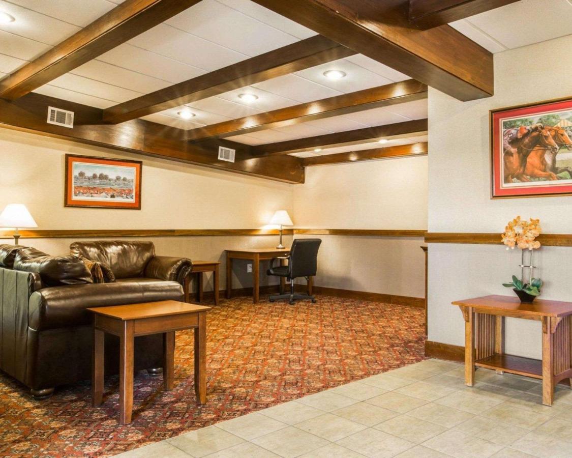 Отель  Clarion Inn & Suites Lake George