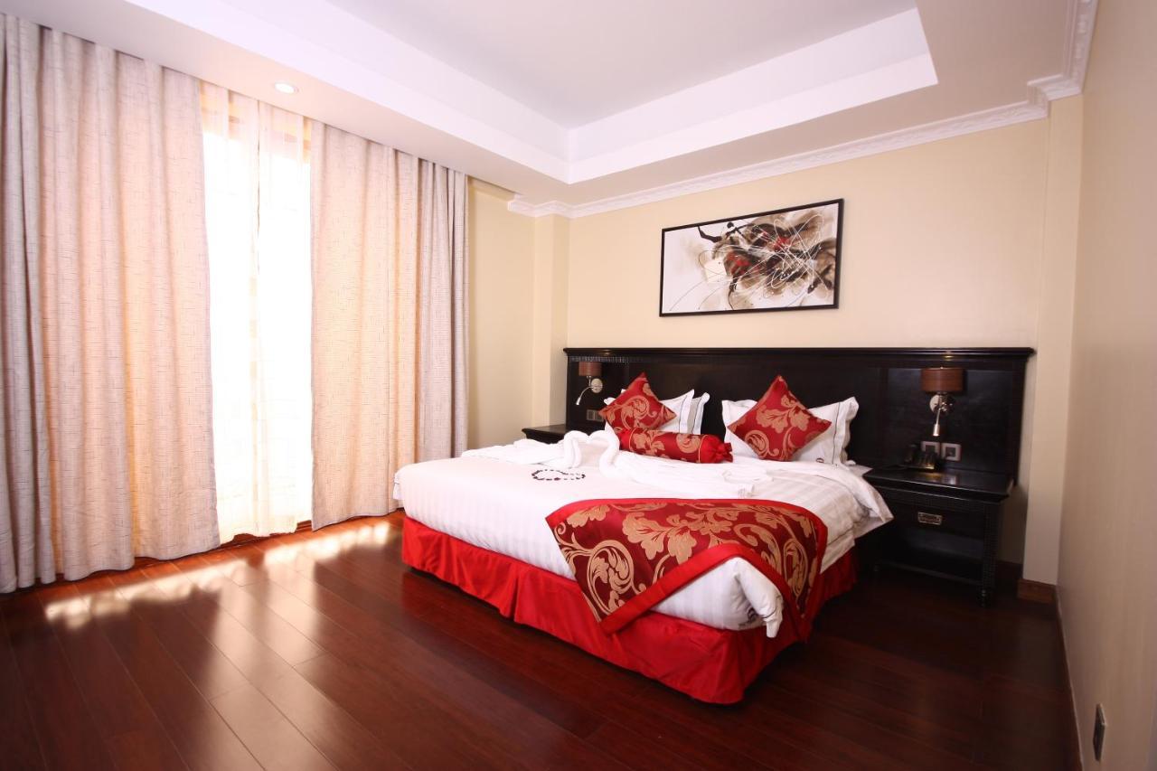 Фото  Отель  The White Rhino Hotel