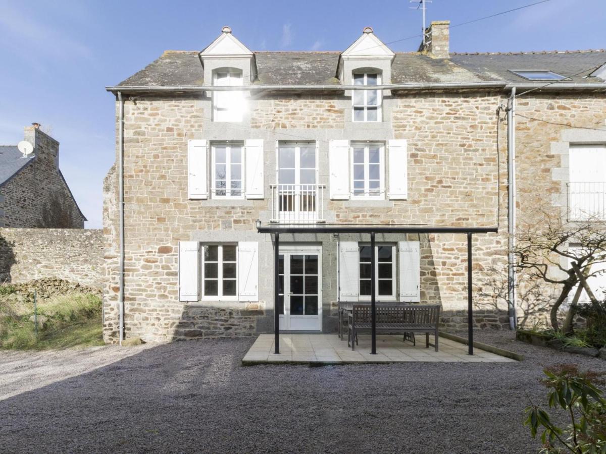 Дом для отпуска  Alluring Holiday Home In Pleudihen-sur-Rance With Garden
