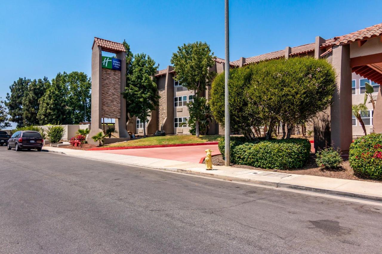 Отель  Отель  Holiday Inn Express & Suites Camarillo