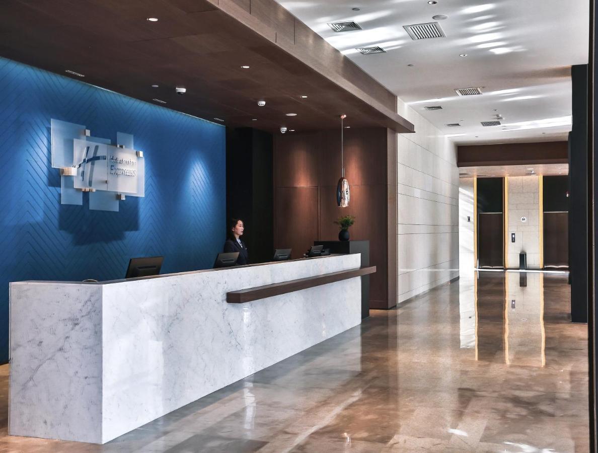 Отель  Отель  Holiday Inn Express Harbin Qunli, An IHG Hotel
