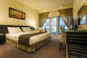 سرير أو أسرّة في غرفة في فندق كافلير
