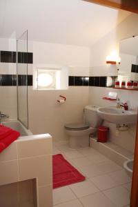 A bathroom at Chateau De Castelneau