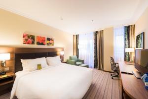 Кровать или кровати в номере Hilton Garden Inn Красноярск