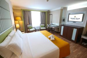 A bed or beds in a room at Golden Tulip Sovereign Hotel Bangkok