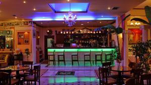 Ο χώρος του lounge ή του μπαρ στο Hotel Kosta Famissi