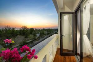 Ein Balkon oder eine Terrasse in der Unterkunft Viet Long Hoi An Beach Hotel