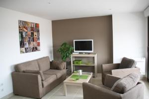 A seating area at Appartement Le Saint Paul - Les Balcons de la Cité