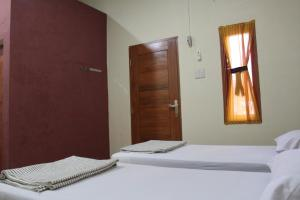 A bed or beds in a room at Pondok Cemara