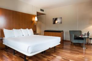 A bed or beds in a room at Exe Cuenca