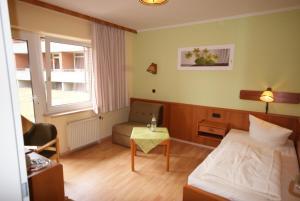 Ein Sitzbereich in der Unterkunft Hotel Tanneneck