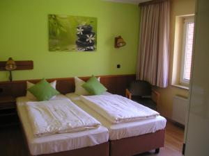 Ein Bett oder Betten in einem Zimmer der Unterkunft Hotel Tanneneck