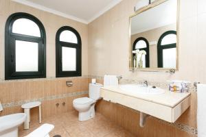 A bathroom at Globales Pueblo Andaluz