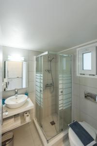 A bathroom at Golden View Studios