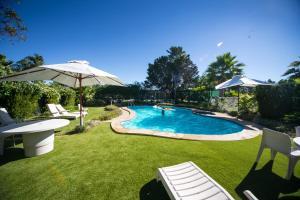 The swimming pool at or near El Sierra Motel