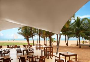 Ein Restaurant oder anderes Speiselokal in der Unterkunft Jetwing Beach