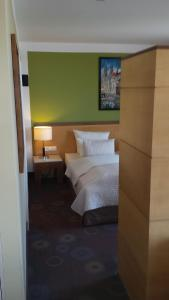 A bed or beds in a room at SORAT Insel-Hotel Regensburg