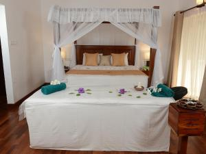 A bed or beds in a room at Siddhalepa Ayurveda Resort - All Meals, Ayurveda Treatment and Yoga