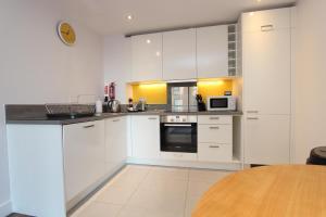 A kitchen or kitchenette at Skylark House Luxury Apartments