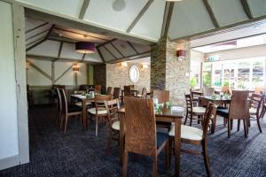 A restaurant or other place to eat at The Legacy Rose & Crown Hotel