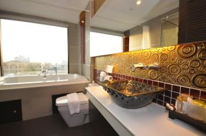 A bathroom at Chalelarn Hotel Hua Hin