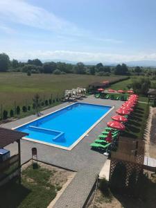 O vedere a piscinei de la sau din apropiere de Hanul Lui Bogdan