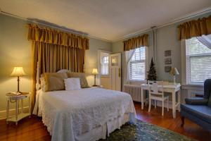 A bed or beds in a room at Brown Street Inn Bed and Breakfast