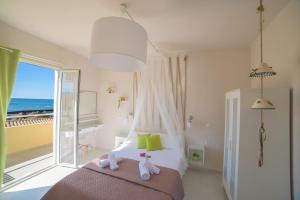 A bed or beds in a room at Del Mare Beach Hotel