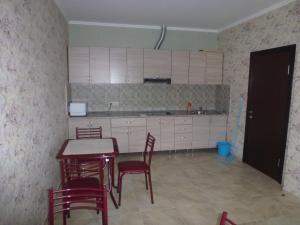 Кухня или мини-кухня в Ksenia Guest House