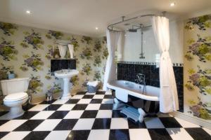 A bathroom at Byland Abbey Inn