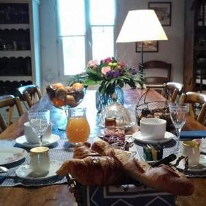 A restaurant or other place to eat at Le Clos d'Isabelle